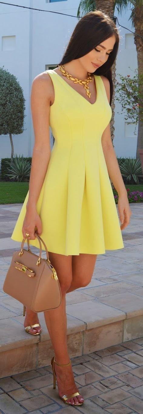 с летним платьем