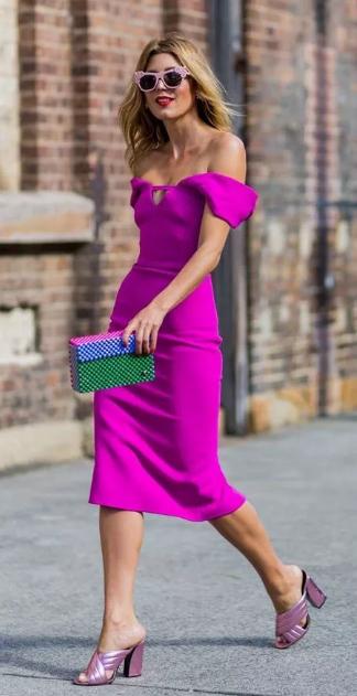 платья цвета фуксии и бежевые босоножки