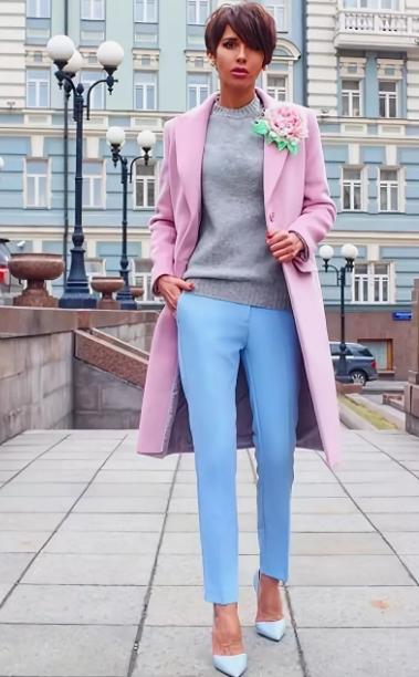 светло-розовое пальто и голубые брюки