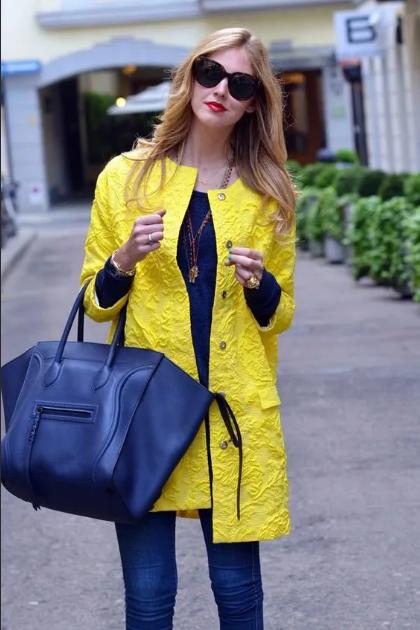 желтая куртка и синее платье