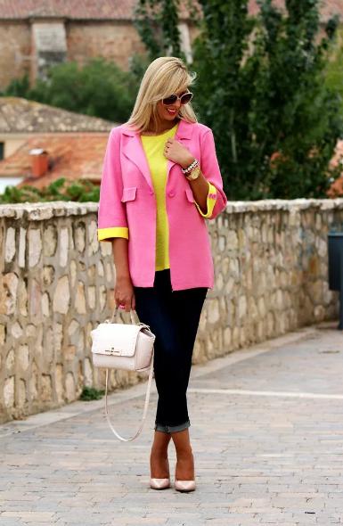 желтая майка и розовый пиджак
