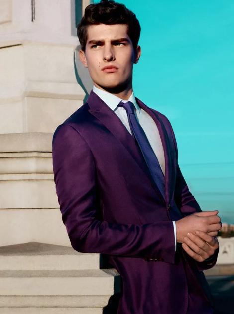 фиолетовый костюм на мужчине