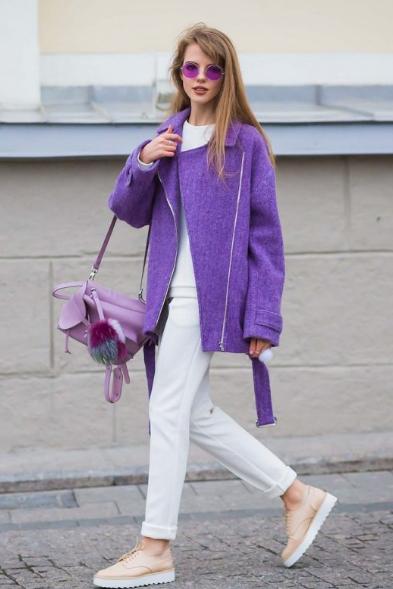 сиреневое пальто с белыми брюками