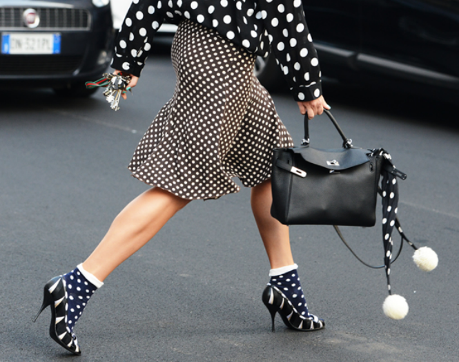принт черно-белый горох юбка и куртка обувь