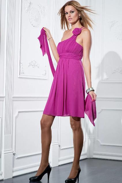 мини платья цвета фуксии с шарфом и черными туфлями
