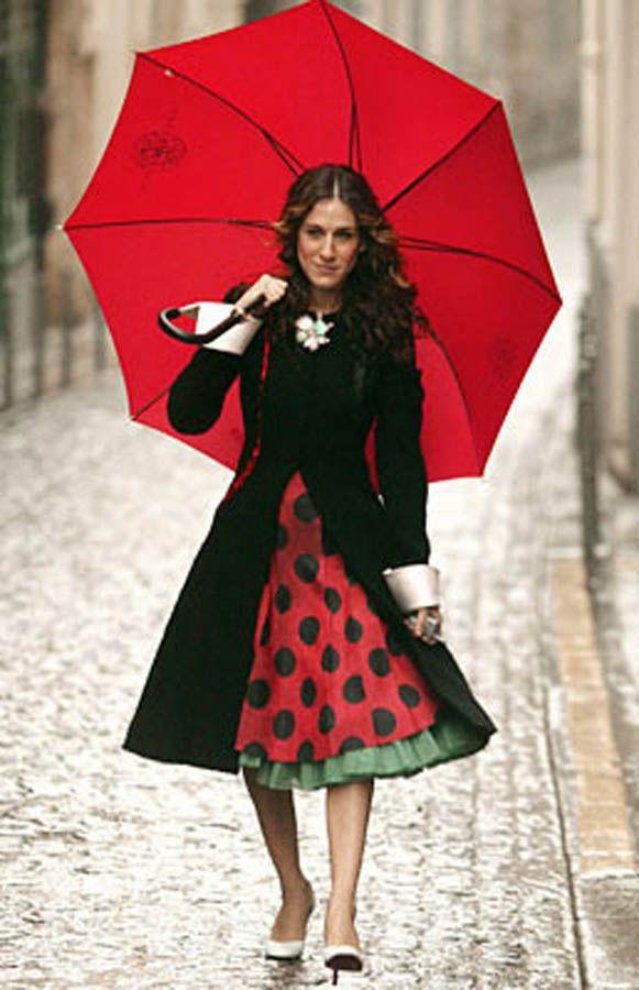 Сара Паркер с красным зонтом
