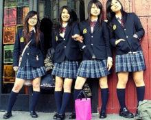 Почему японским школьницам запрещены колготки