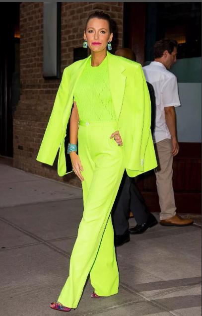 неоновый цвет костюма