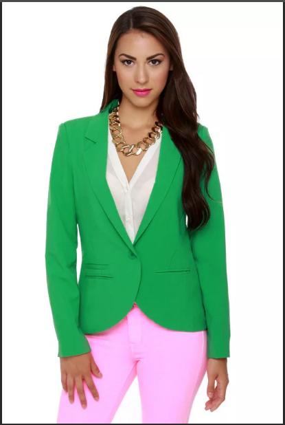 бледно-розовые брюки и зеленый пиджак