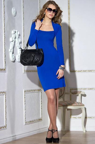 яркое синее платье с прозрачными колготками