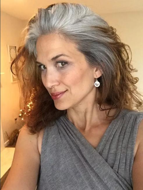 отросшие седые волосы от корней