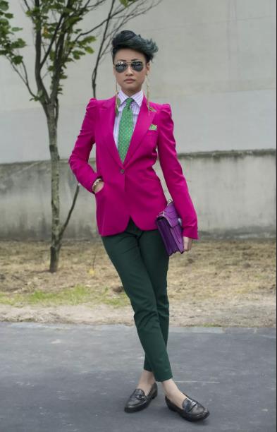 ярко розовый пиджак и темно зеленые брюки