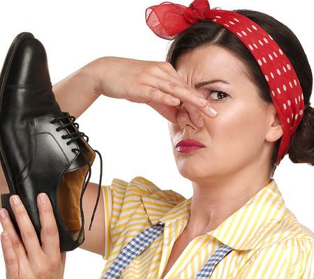 Женщина закрыла нос от запаха туфель