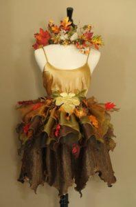 платье с венком из листьев