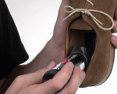 Обработка дезодорантом внутренней части туфель