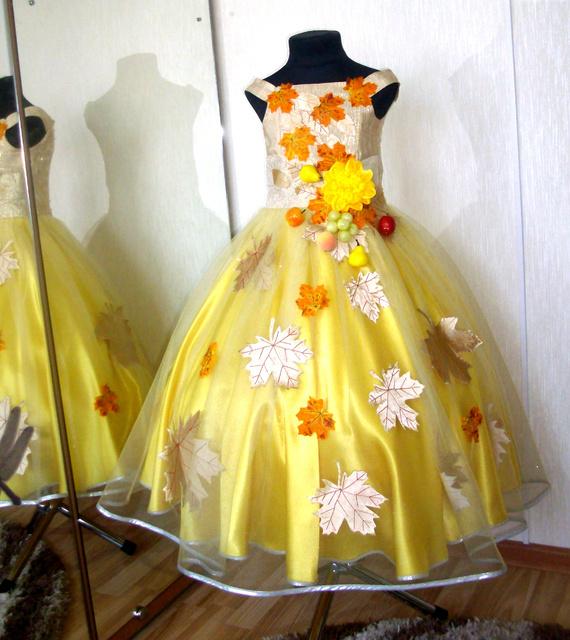 Желтое платье, обшитое листьями из картона