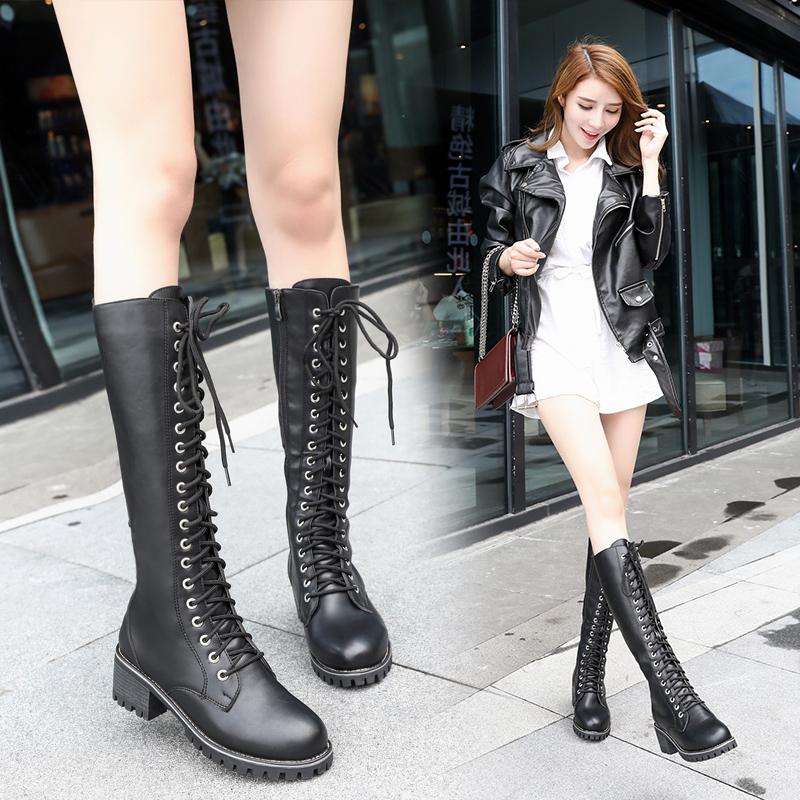 длинные ботинки на шнуровке