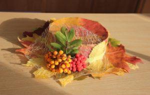 шляпа, отделанная листьями и веточкой рябины