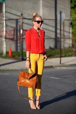 красная классическая рубашка, жёлтые узкие брюки
