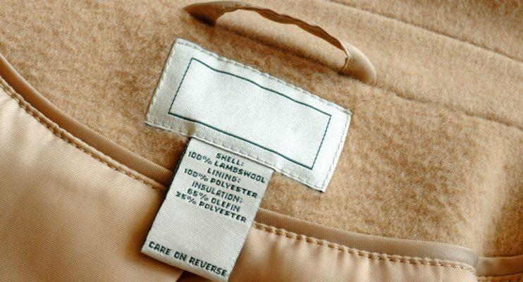 Нужно ли срезать с одежды бирки с названием фирмы?