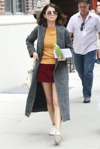 тёмно-жёлтый свитер с круглым вырезом, тёмно-красная замшевая мини-юбка, белые низкие кеды