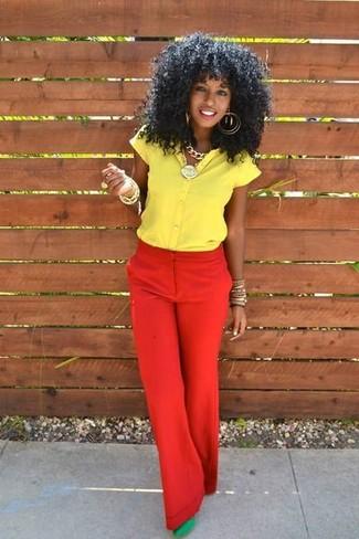 красных широких брюк, жёлтой рубашки с коротким рукавом, зелёных замшевых туфель