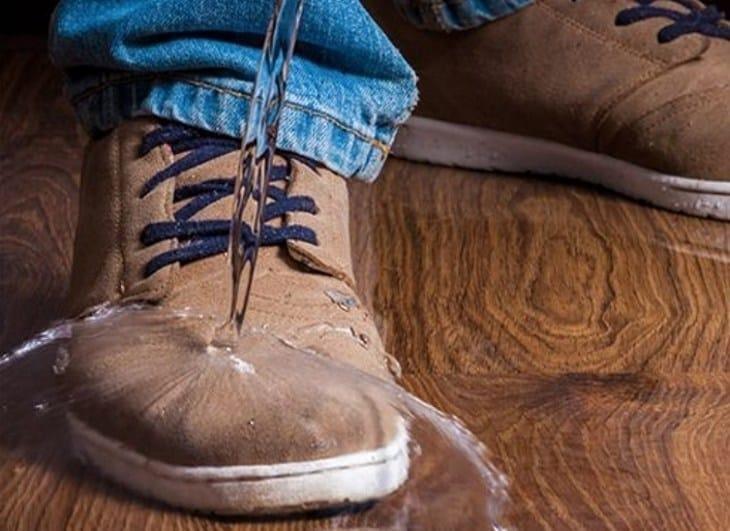 Обувь на которую льется вода