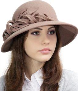 Бежевая шляпа из ферта на девушке