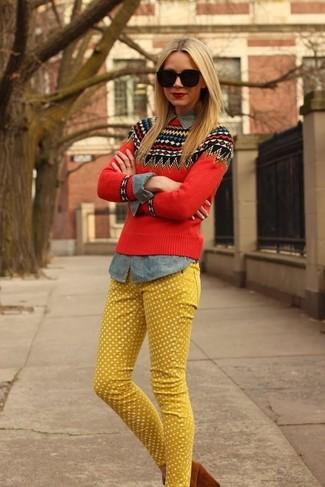 жёлтых джинсов в горошек с красным свитером с круглым вырезом и жаккардовым узором