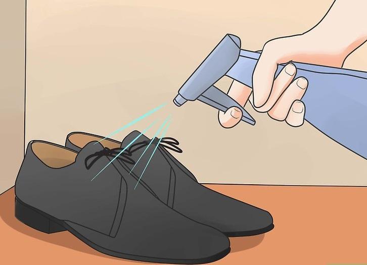 Опрыскивание туфель водой с помощью пульверизатора