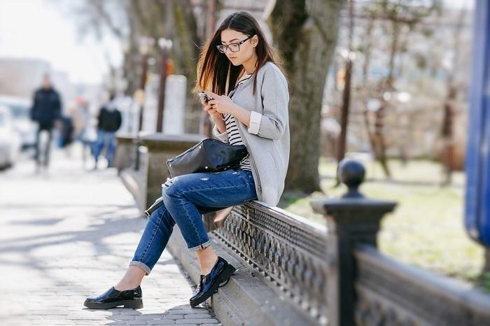 девушка сидит на балюстраде