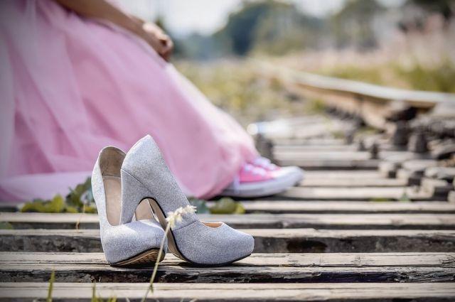 девушка сняла туфли