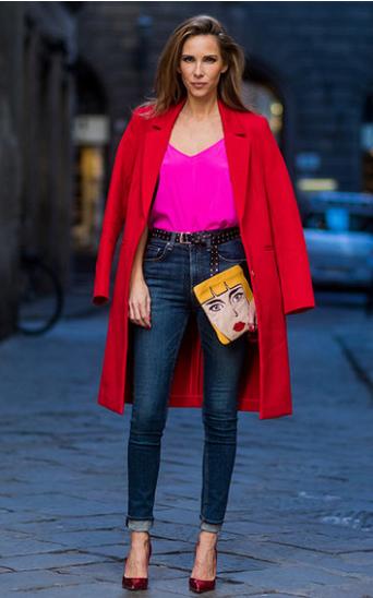 розовая блузка и красное пальто с джинсами клуб