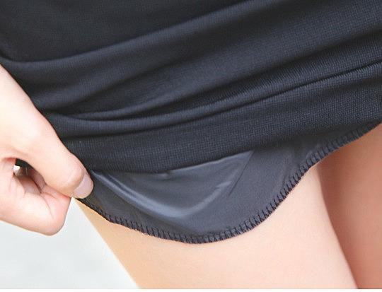 Задралась юбка.