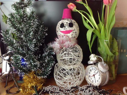 Снеговик из шерстяных ниток своими руками