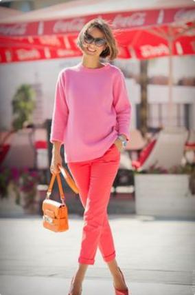 розовы джемпер и красные брюки