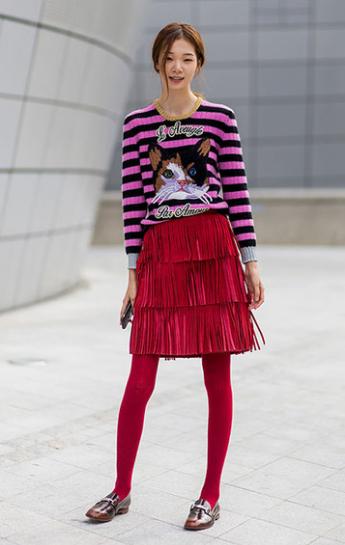 подростки красная юбка