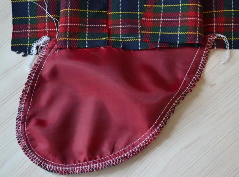 боковой карман обрабатываем оверлоком