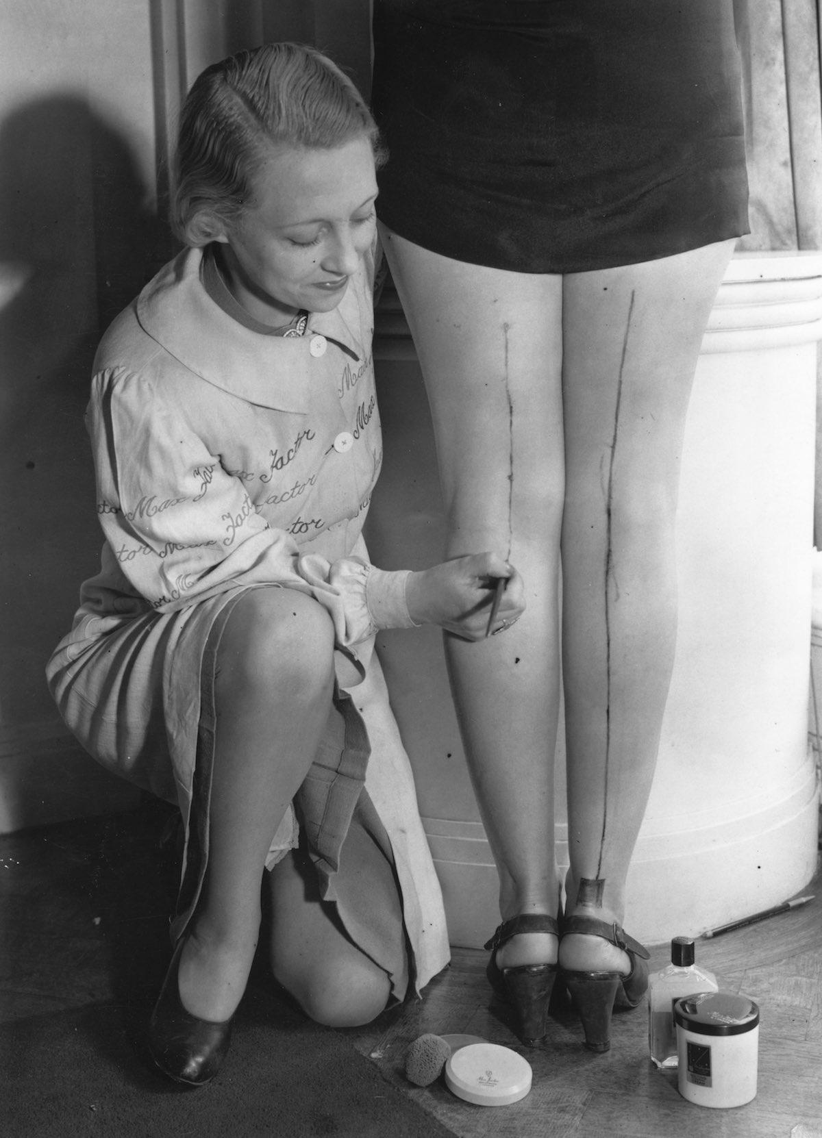 женщины рисуют шов