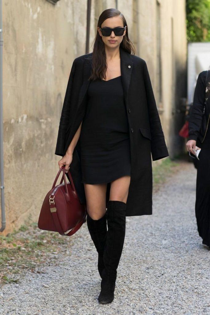 Чёрные ботфорты с маленьким черным платьем.