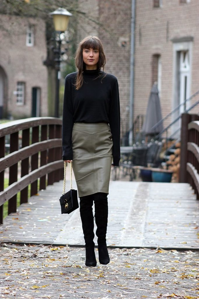 Замшевые чёрные ботфорты с юбкой.