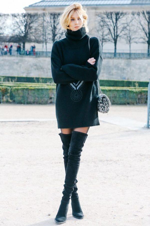 Чёрные ботфорты с объёмным свитером.