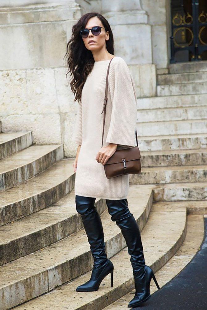 Чёрные кожаные ботфорты.