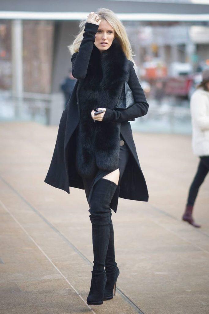 Чёрные ботфорты с пальто.