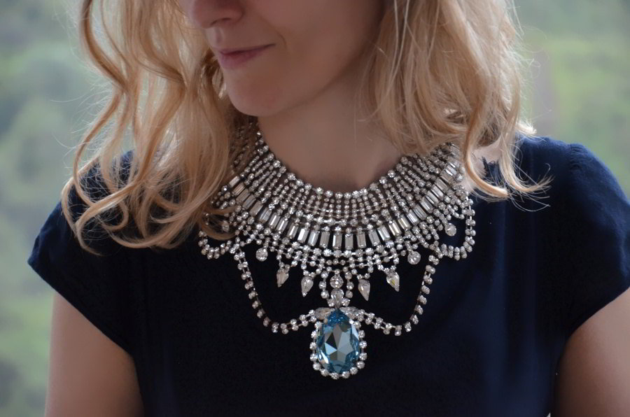 Ожерелье с крупным камнем.