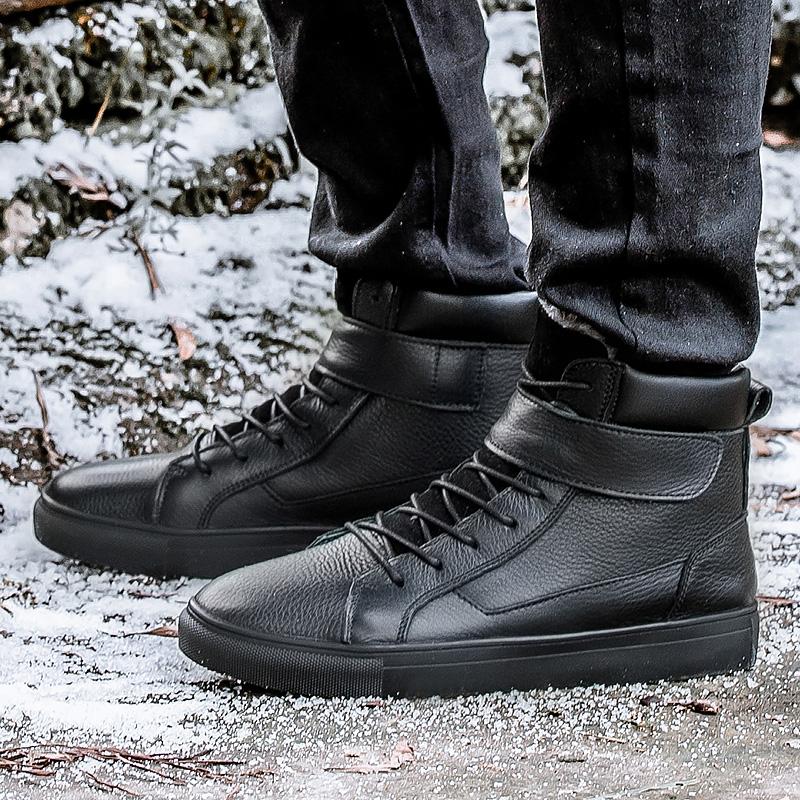 Чёрные мужские ботинки.