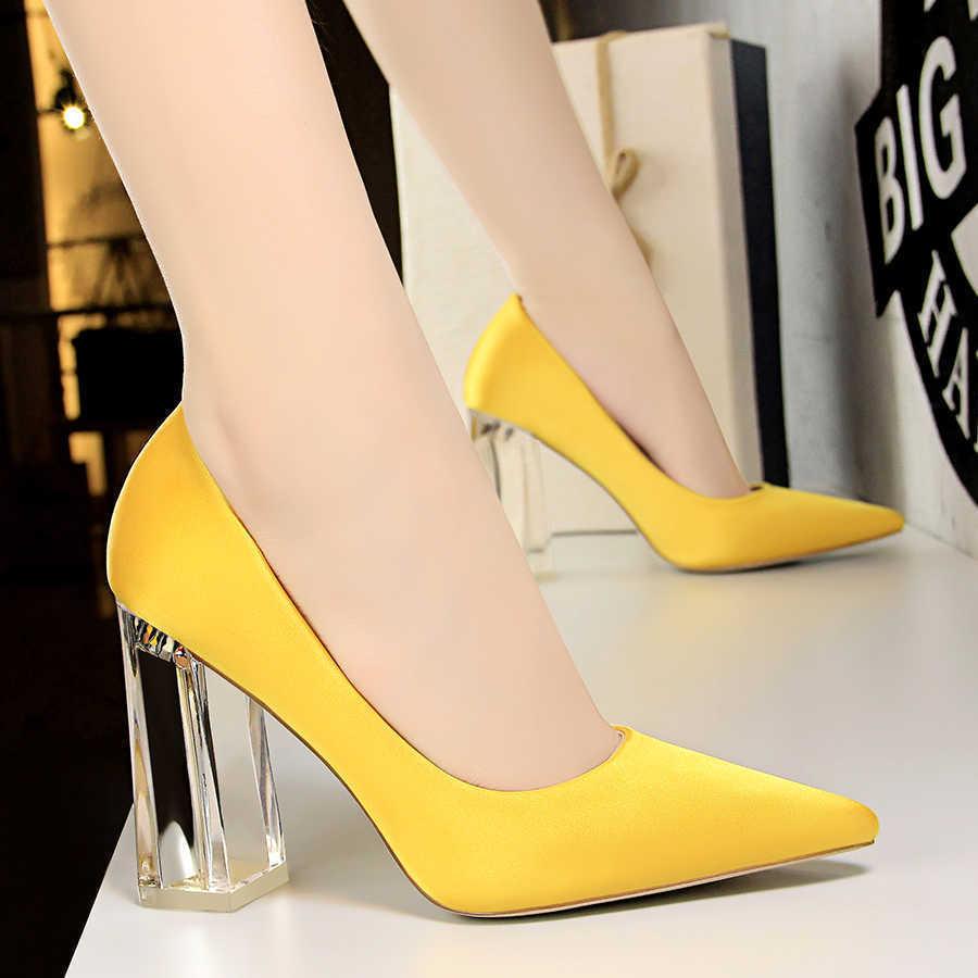 Обувь с прозрачным каблуком.