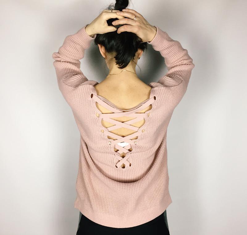 Свитер с завязками на спине.
