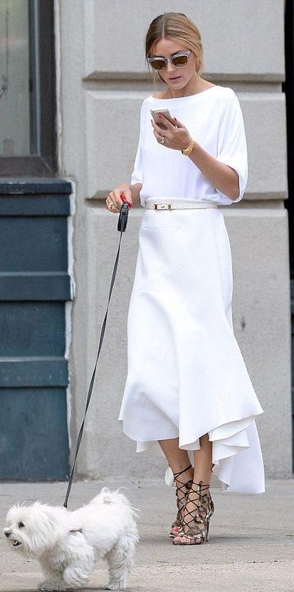 Белая блузка с юбкой.