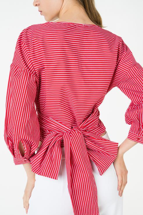 Блузка с завязками сзади.